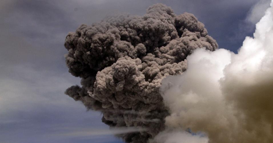 14.ago.2015 - Vulcão Cotopaxi expele cinzas na província de Pichincha, no Equador. A coluna de fumaça atingiu cinco quilômetros de altura e fez autoridades aumentarem o nível de alerta