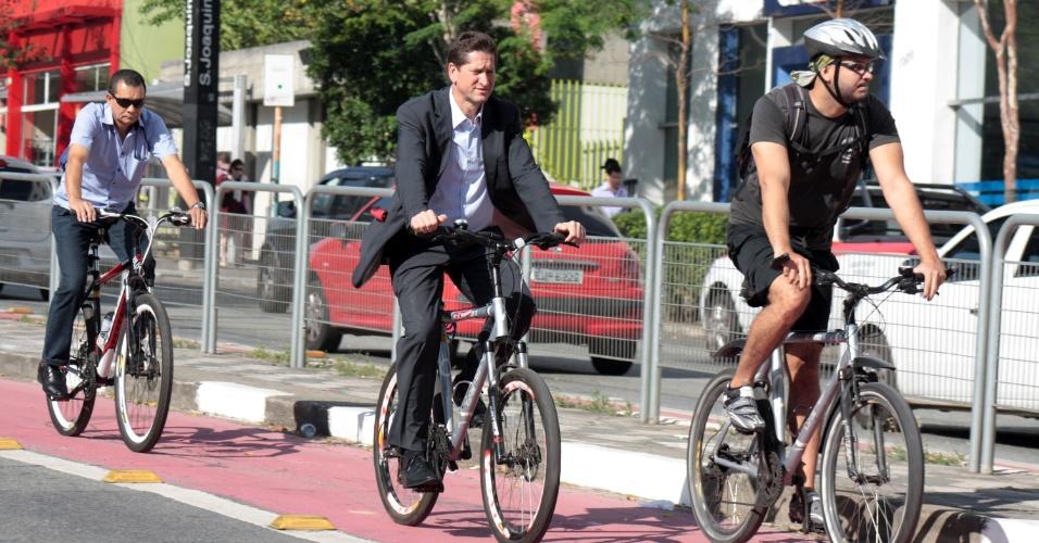22.set.2015 - O secretário municipal de Transportes de São Paulo, Jilmar Tatto, vai ao trabalho de bicicleta, passando pela avenida Vergueiro, na zona central de São Paulo. Nesta terça-feira é comemorado o Dia Mundial Sem Carro