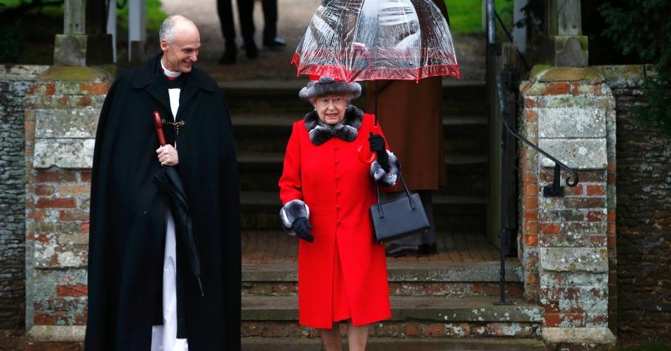 25.dez.2015 - A rainha Elizabeth deixa igreja em Sandringham, no leste da Inglaterra, após visitarem o local, seguindo a tradição da família real britânica. A igreja de Santa Maria Madalena, em Sandringham, é de relevância histórica para a família real, contendo memoriais referentes aos membros da realeza