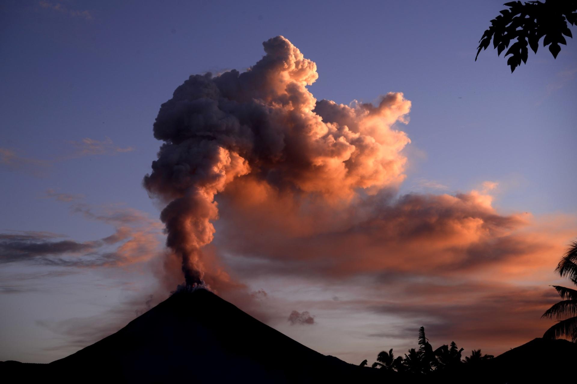 5.jan.2016 - O monte Soputan, na Indonésia, expele cinzas durante erupção. O vulcão é um dos mais ativos do país e sua erupção anterior foi em março de 2015