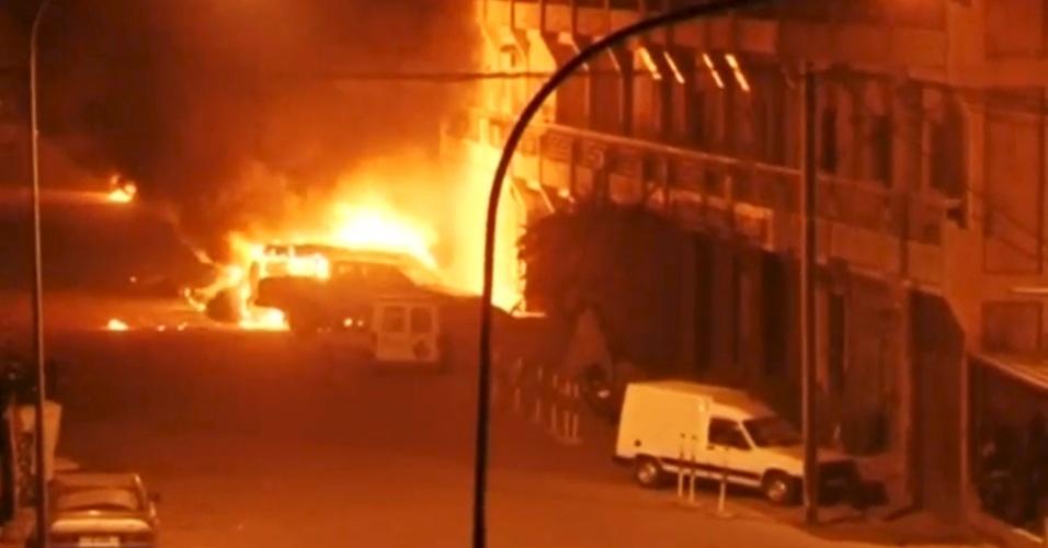 16.jan.2015 - Veículos são incendiados durante ataque na noite desta sexta-feira (15) a hotel em Uagadugu, capital de Burkina Fasso. O ataque foi reivindicado pelo grupo terrorista Al Qaeda no Magrebe Islâmico