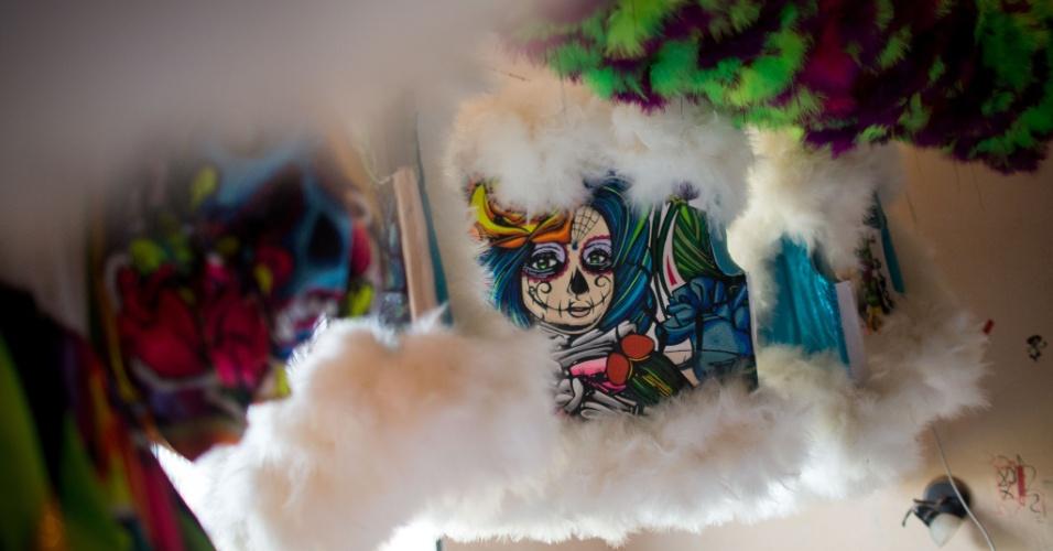 4.fev.2016 - Assim como as escolas de samba, os bate-bolas também trabalham com um enredo, que muda todos os anos e é revelado apenas no sábado de Carnaval ? no caso da Turma da Praça, o tema escolhido foram as Katrinas mexicanas, mas já houve anos em que o grupo saiu homenageando o circo, os sete pecados capitais, o Haloween, entre outros