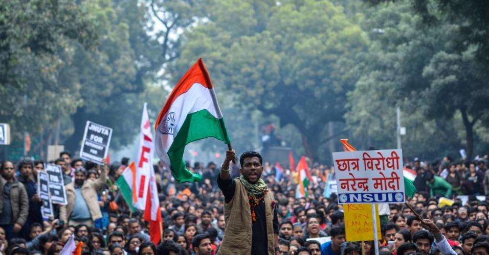18.fev.2016 - Indiano ergue bandeira nacional durante protesto contra a prisão de estudante acusado de motim, em Nova Déli (Índia). Milhares de pessoas se reuniram na capital indiana em um ato que defende a liberdade de expressão e pede a libertação do estudante