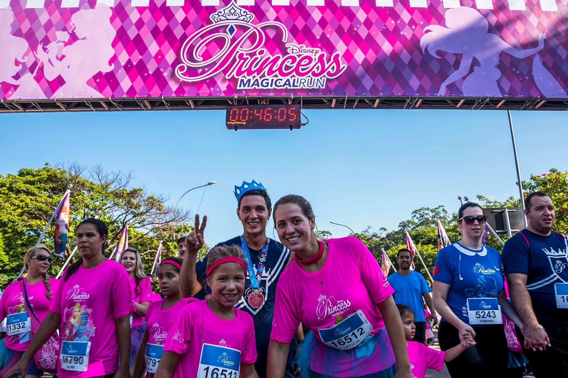 6.mar.2016 - O evento Princess Magical Run reúne adultos e crianças em frente ao parque Ibirapuera, na zona sul da cidade de São Paulo, na manhã deste domingo. O evento conta com caminhada de 3 km e corrida de 7 km para maiores de 16 anos