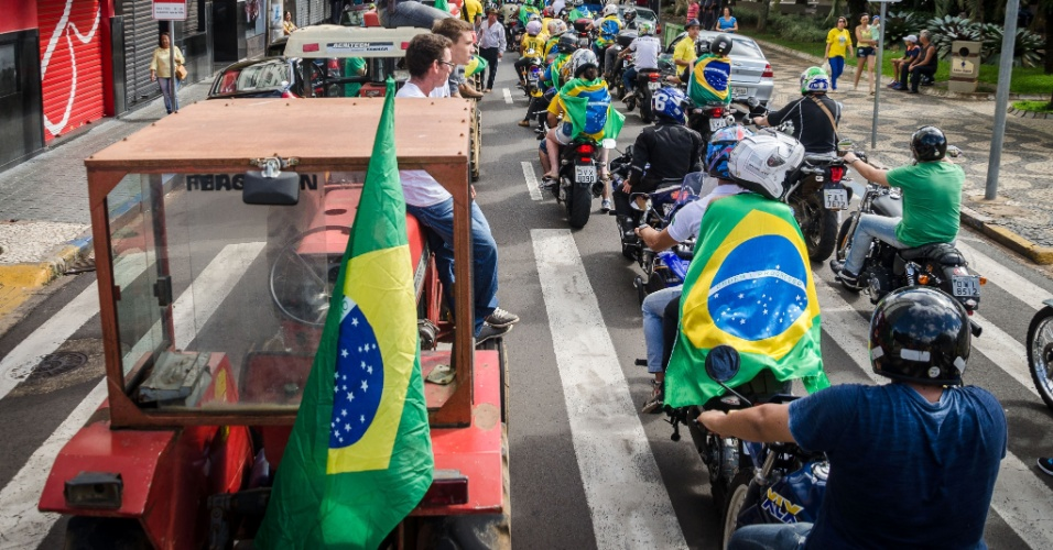 13.mar.2016 - Manifestantes protestam contra o contra o governo Dilma Rousseff (PT), no centro de Franca, interior de São Paulo. Manifestações devem ocorrer em pelo menos 415 cidades brasileiras e outras 23 no exterior, de acordo com os movimentos organizadores