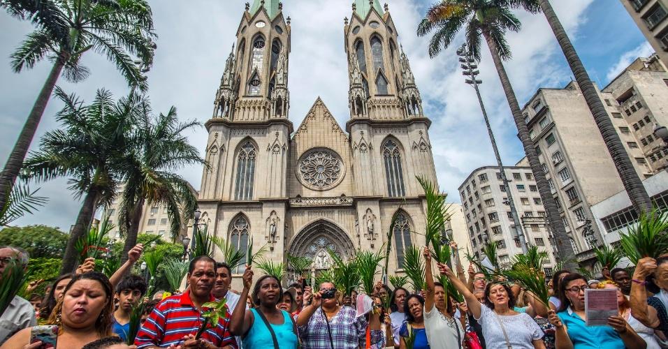 20.mar.2016 - Católicos se concentram na praça da Sé, em São Paulo, para celebrar o Domingo de Ramos, que abre a Semana Santa