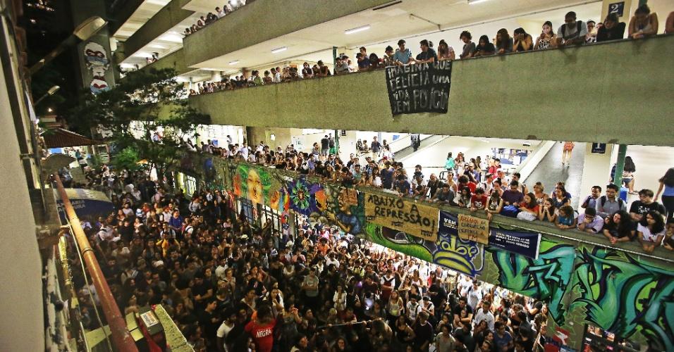 22.mar.2016 - Estudantes da PUC-SP protestam contra atuação da Polícia Militar na universidade na noite da última segunda-feira (21), quando um encontro de ativistas contrários e favoráveis ao impeachment da presidente Dilma Rousseff acabou em tumulto, confusão e conflito. Na noite desta terça (22), centenas de estudantes se reuniram na Pontifícia em ato para denunciar a