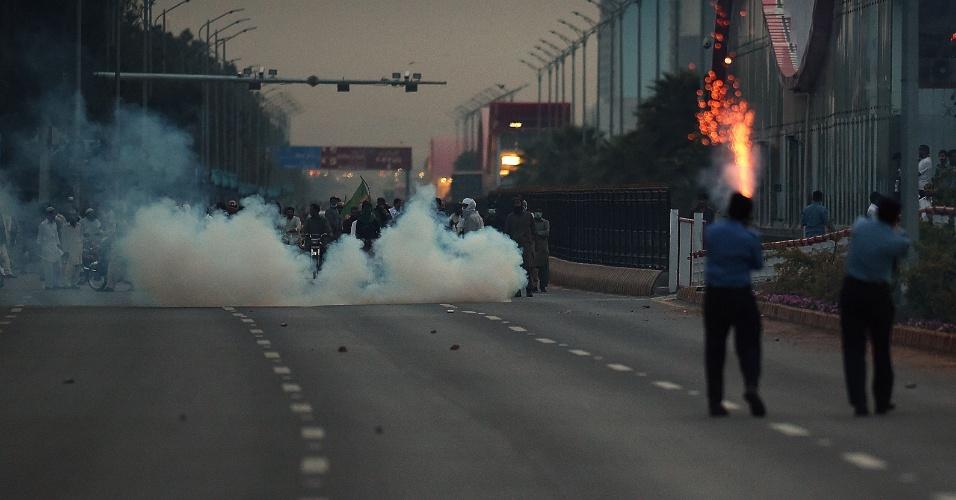 27.mar.2016 - Tropas de choque lançam bombas de gás contra manifestantes durante confronto em Islamabad, no Paquistão. Eles protestavam contra a execução de Mumtaz Qadri, acusado de matar um governador de Punjab, que defendia reformas consideradas blasfêmias por extremistas