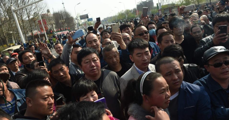 5.abr.2016 - Trabalhadores de siderúrgica se reúnem em frente ao escritório da companhia Guofeng na cidade de Tangshan, no nordeste da China. O protesto acontece após o anúncio de que a empresa vai fechar uma de suas plantas de operação, o vai provocar demissões. Em todo o país, o setor prevê que pelo menos 500 mil postos de trabalho serão fechados este ano