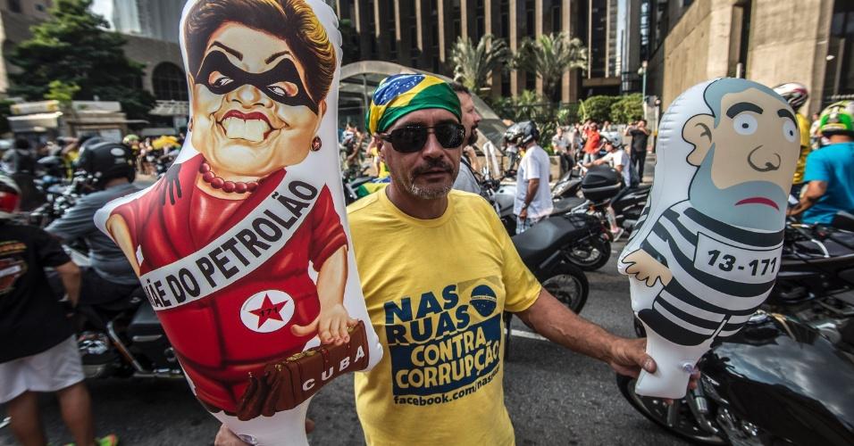 16.abr.2016 - Motociclista que participa de carreata a favor do impeachment na avenida Paulista carrega bonecos do ex-presidente Lula e da presidente Dilma Rousseff