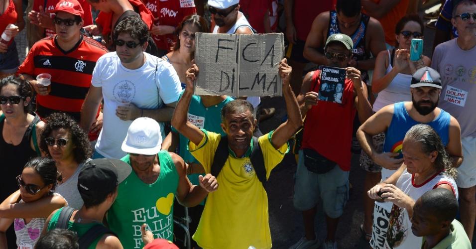17.abr.2016 - Manifestante contrário ao impeachment de Dilma Rousseff (PT) quebra protocolo e veste camisa da Seleção Brasileira, símbolo dos manifestantes antigoverno, para pedir o fico da presidente em proteso de funkeiros no Rio de Janeiro (RJ)