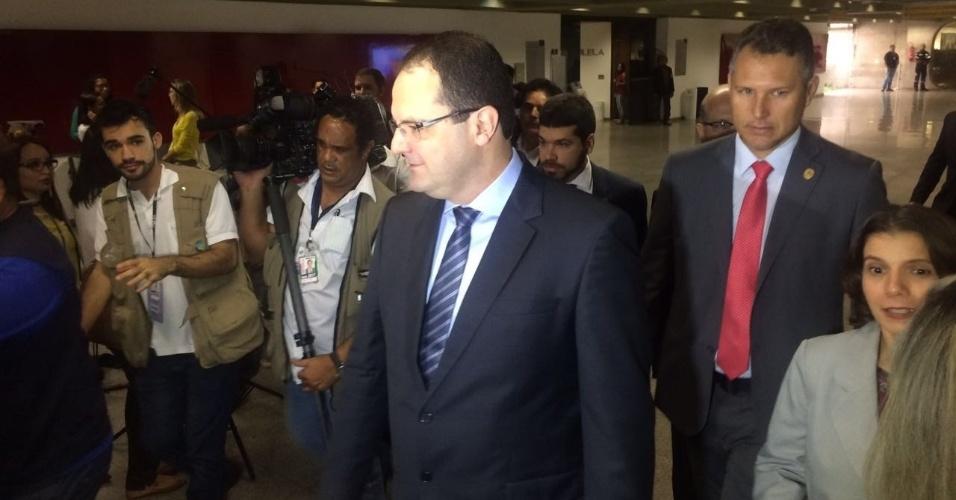 29.abr.2016 - O ministro da Fazenda, Nelson Barbosa, chega para a reunião da comissão do impeachment do Senado Federal, em Brasília (DF), para fazer a defesa da presidente Dilma Rousseff