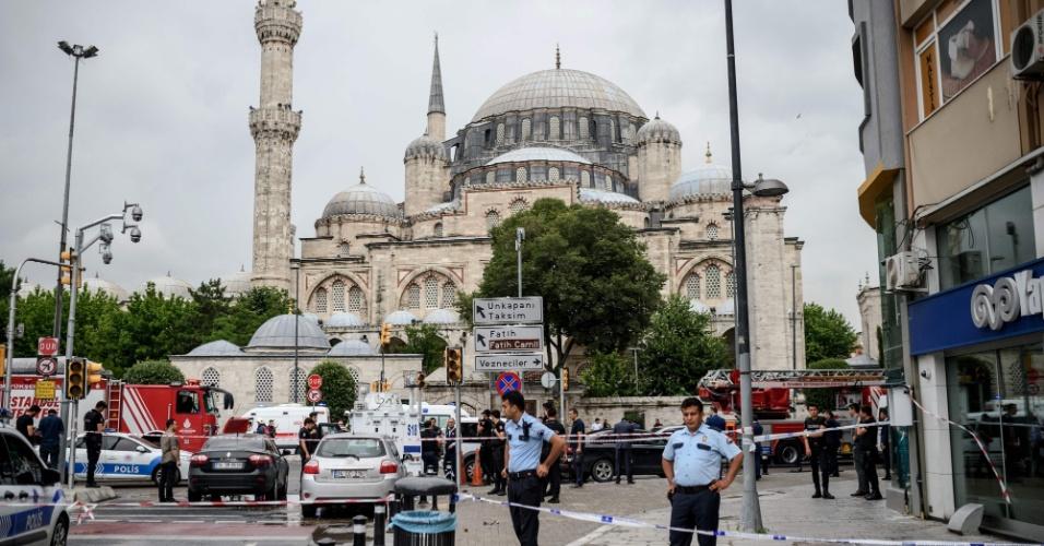 7.jun.2016 - A polícia de Istambul isolou a área onde pelo menos 11 pessoas morreram e outras 36 ficaram feridas após a explosão de um carro-bomba contra um ônibus policial que circulava no centro histórico da capital da Turquia. Entre as vítimas estão pelo menos sete policiais e quatro civis