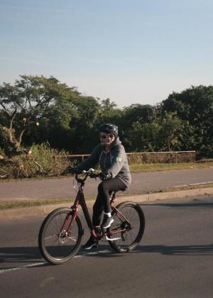 A presidente afastada, Dilma Rousseff, andando de bicicleta em Porto Alegre