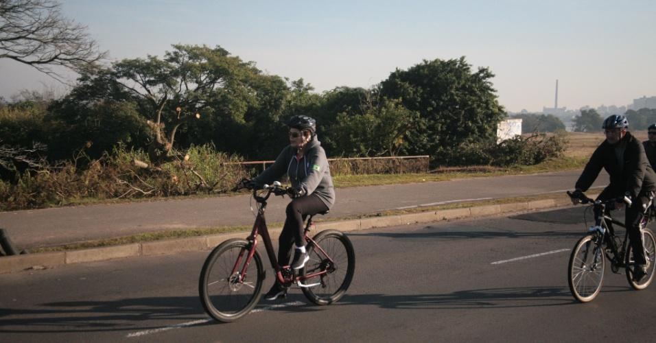 2.jul.2016 - A presidente afastada, Dilma Rousseff, foi vista andando de bicicleta pela orla do rio Guaíba, em Porto Alegre, na manhã deste sábado. Dilma pedalou por cerca de uma hora, acompanhada de dois seguranças de bicicleta e escoltada por alguns carros