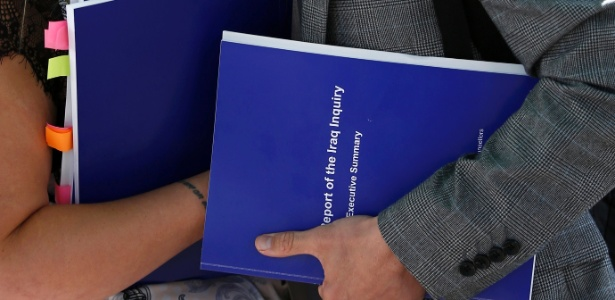 Parentes de soldado britânico morto no Iraque seguram cópia de relatório da investigação conduzida por John Chilcot, em Londres - Peter Nicholls/ Reuters