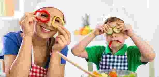 criança, dia das crianças, mãe, filho, cozinha, masterchef, brincadeira, diversão - Getty Images/iStockphoto - Getty Images/iStockphoto
