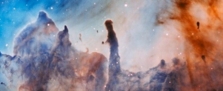 2.nov.2016 - PILARES DA DESTRUIÇÃO - Em 1995 o telescópio Espacial Hubble da Nasa capturou imagens dos 'Pilares da Criação' mostrando a Nebulosa da Águia. Agora, astrônomos capturaram, usando o telescópio VLT (Very Large Telescope), da ESO, imagens da nebulosa Carina, apelidaram seu interior com 'Pilares da Destruição' que podem indicar como as estrelas são formadas. Eles encontraram uma ligação entre a radiação emitida por estrelas massivas próximas e as estruturas dos pilares propriamente ditos. Segundo a pesquisa, é possível que a radiação e os ventos estelares ajudem a criar caroços mais densos no interior dos pilares, os quais podem posteriormente dar origem a estrelas
