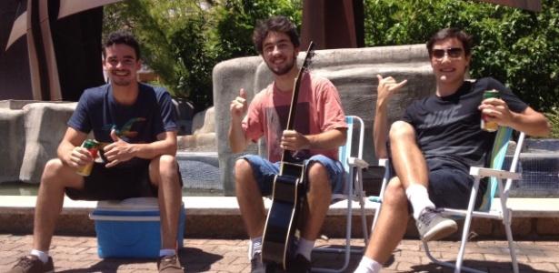 Amigos montam 'camarote' com cerveja e violão para ver atrasados do Enem - Lucas Azevedo/UOL
