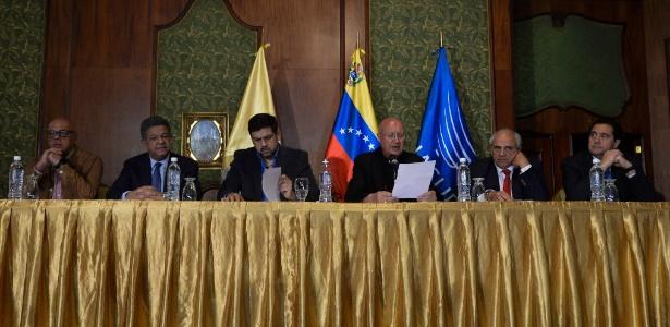 Representantes do governo e da oposição, além do Vaticano e da Unasul, falam sobre acordo