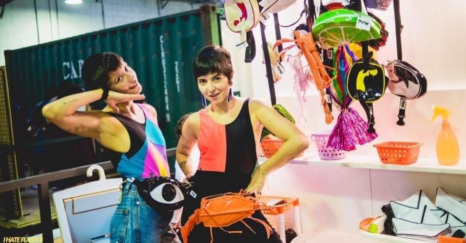 Thaissa Becho (à esq.) e Paloma Borges são criadoras da Poch, marca de pochetes divertidas do Rio de Janeiro