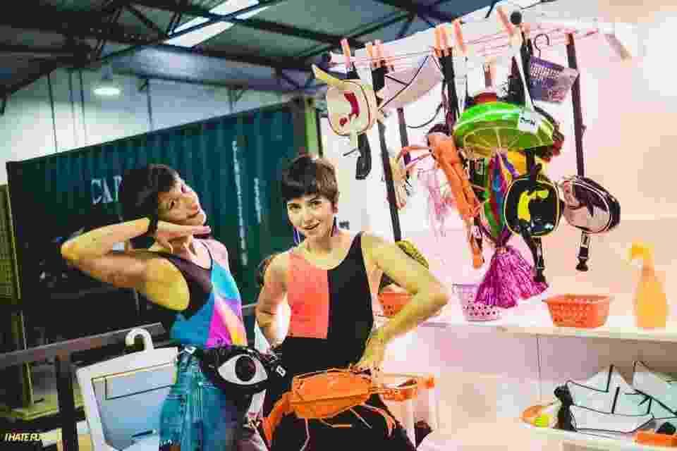 Thaissa Becho (à esq.) e Paloma Borges são criadoras da Poch, marca de pochetes divertidas do Rio de Janeiro - Reprodução/Facebook