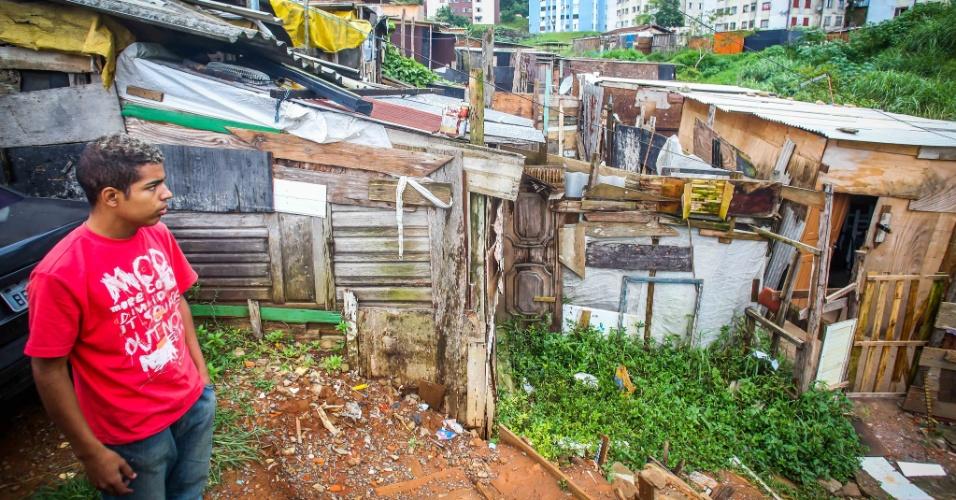26.jan.2017 - Carlos Henrique Santos, 21, o Carlinhos, líder comunitário do Jardim Santo André, em Santo André (ABC paulista), mostra condições da ocupação do núcleo Lamartine