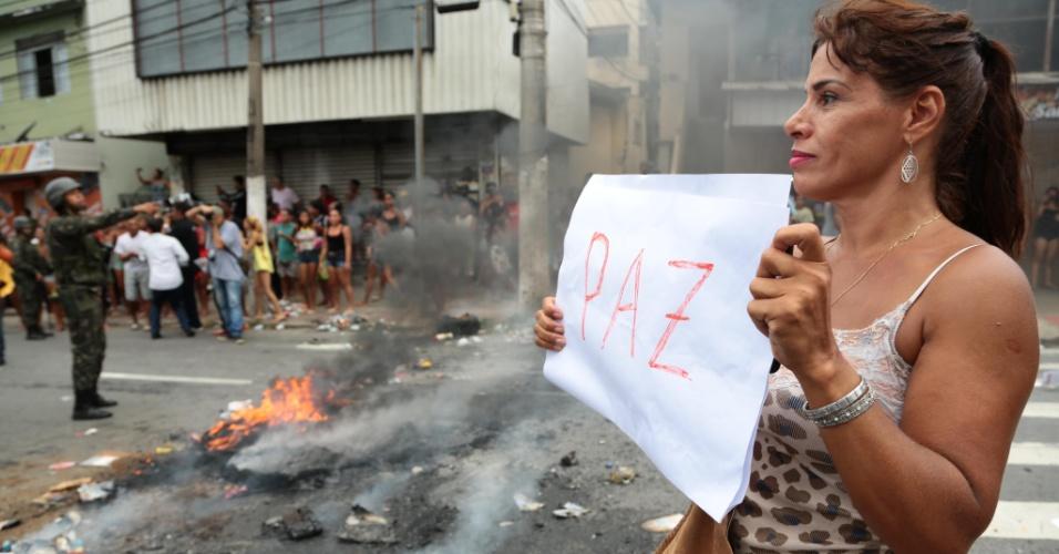 7.fev.2017 - Manifestante pede paz durante protesto contra a greve da PM do ES na porta do quartel do Comando Geral no bairro Maruipe, em Vitória