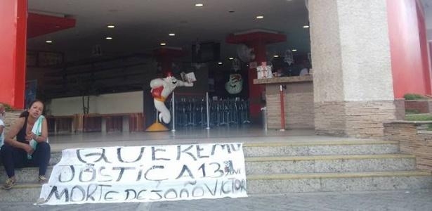 Familiares realizaram um protesto na entrada do restaurante na manhã de segunda (27)