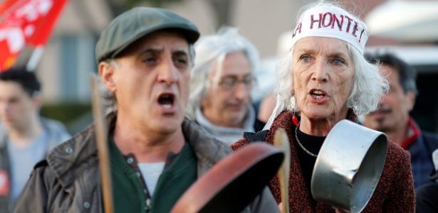 Manifestantes protestam contra o candidato conservador François Fillon, em Nimes, na França