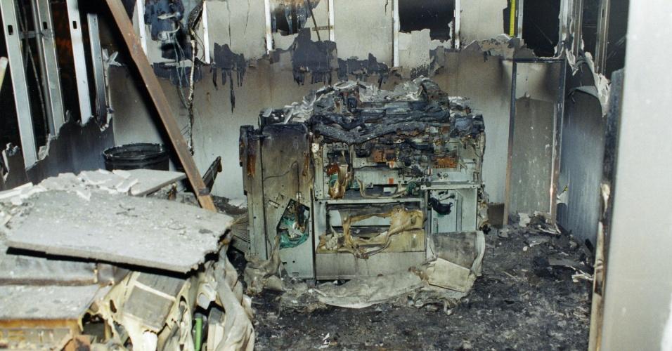 11.set.2001 - Imagem de uma das salas do Pentágono atingida pelo incêndio após o choque de um avião da America Airlines contra o edifício no atentado realizado pela Al-Qaeda. Os equipamentos e o mobiliário foram completamente destruídos, e alguns espaços ficaram completamente irreconhecíveis