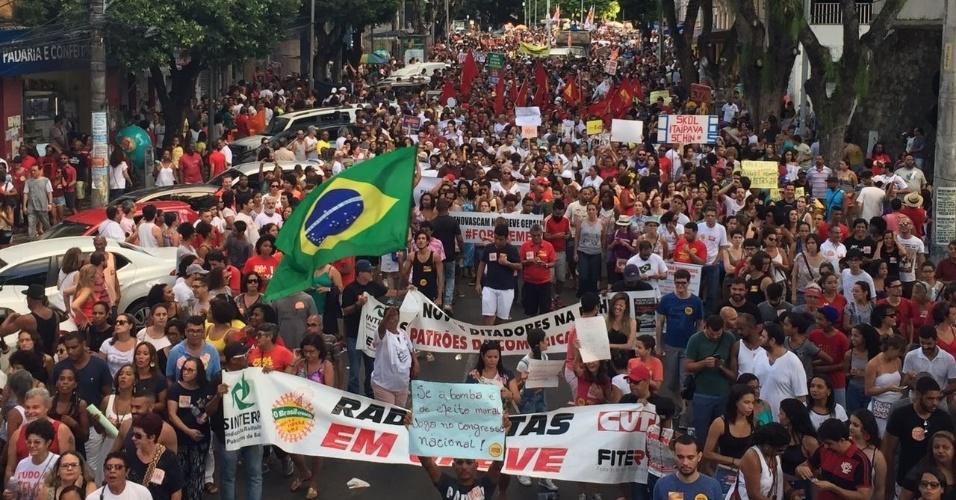 28.abr.2017 - Manifestantes fazem passeata nas rua de Salvador, na região do Campo Grande, nesta sexta-feira, em protesto contra as reformas do governo