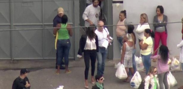 Eike Batista (de branco e óculos escuros) deixa presídio na manhã deste domingo