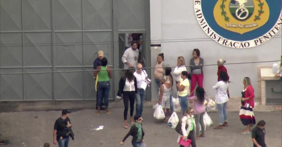 30.abr.2017 - Eike Batista (de branco e óculos escuros) deixa presídio na manhã deste domingo