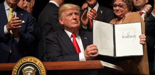 Trump mostra documento que anuncia mudanças nas relações entre EUA e Cuba, em junho