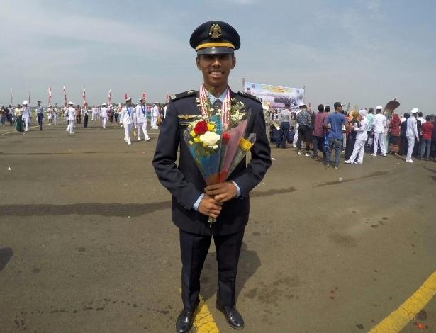 Yoki Pratama Windyarto celebra a sua graduação na Escola de Aviação da Indonésia em Setembro de 2016