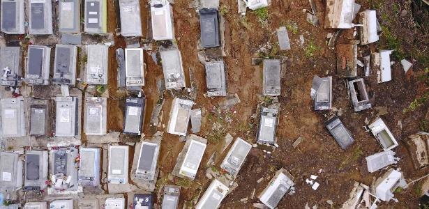 Túmulos no cemitério municipal de Lares foram deslocados pela passagem do furacão