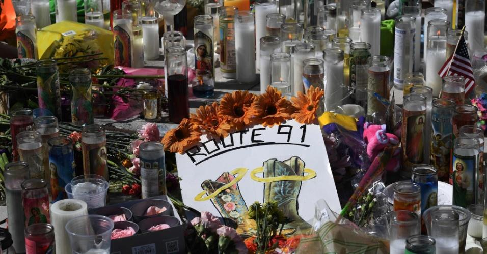 3.out.2017 - Velas são colocadas na avenida Las Vegas Strip, em homenagem às vítimas do atentado que matou 59 pessoas e feriu mais de 500 em Las Vegas