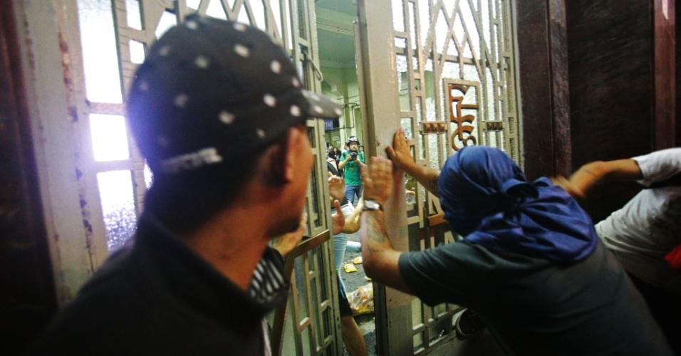 11.jan.2018 - Manifestantes tentam invadir a estação Brás da CPTM (Companhia Paulista de Trens Metropolitanos) durante protesto organizado pelo Movimento Passe Livre (MPL) contra o aumento do preço das passagens de ônibus, metrô e trem na capital paulista