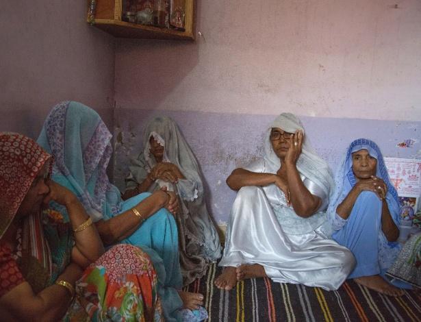 Familiares lamentam o assassinato dos irmãos Kumar, em Mithi, no Paquistão