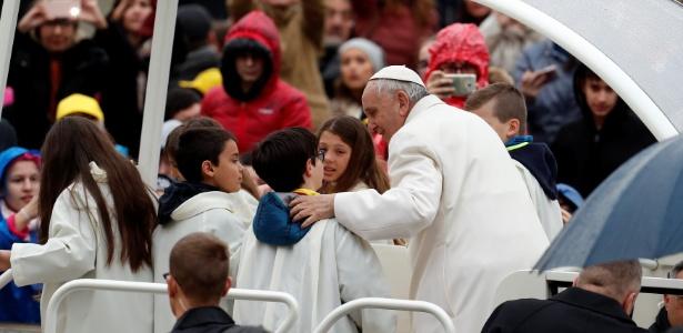Papa Francisco com crianças dentro do papamóvel na Praça de São Pedro, no Vaticano
