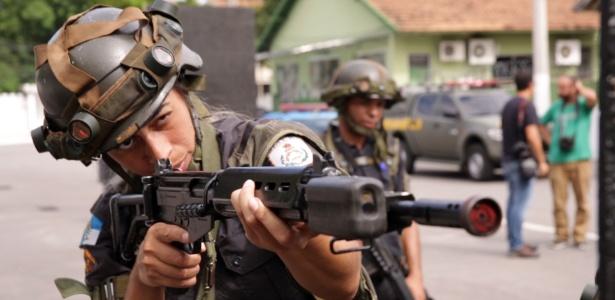 Policial militar participa de aula com instrutor do Exército no Rio de Janeiro