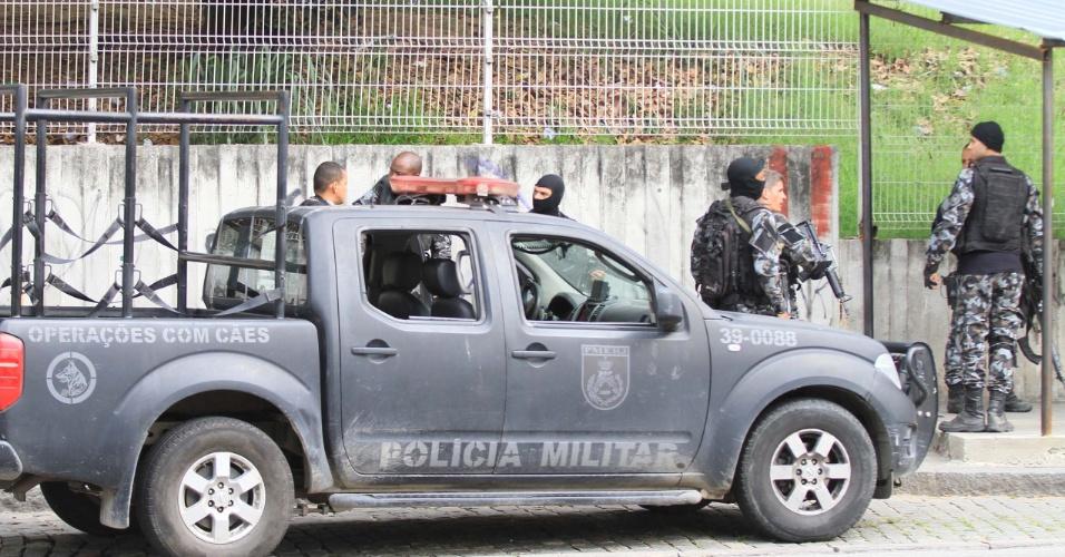 1.out.2018 - policiais realizam operação no morro do Adeus, no Complexo do Alemão