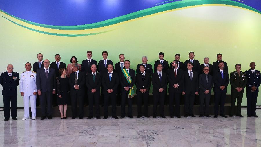 O presidente da república Jair Bolsonaro (PSL), posa em foto oficial com os ministros, no Palácio do Planalto, em Brasília - Valter Campanato/Agência Brasil