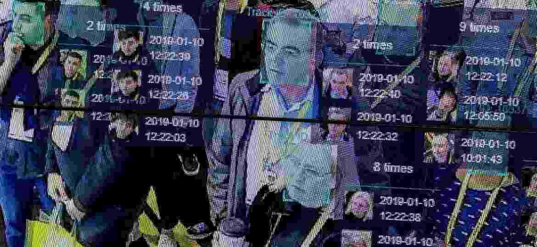 Uma demonstração de como o reconhecimento facial pode ser feito ao vivo para reconhecer qualquer pessoas multidão foi feita durante a Consumer Electronics Show de 2019 - David McnewAFP