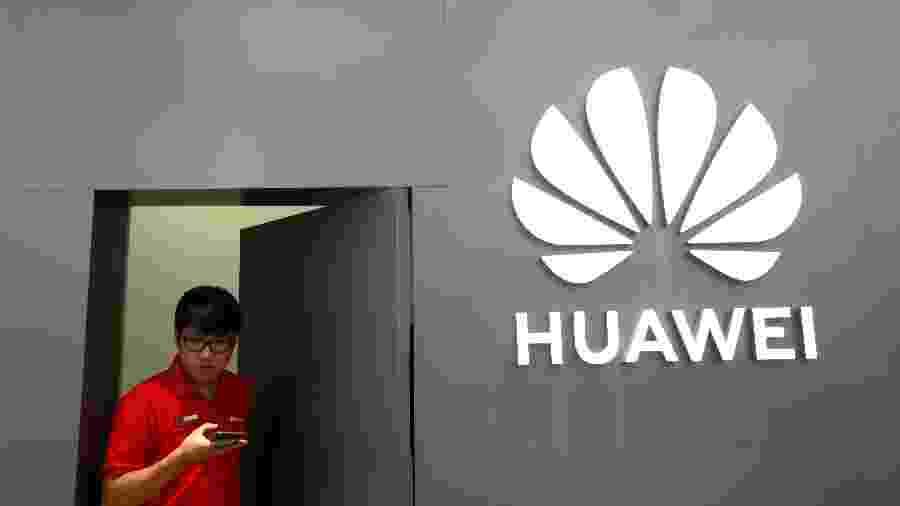 Funcionário sai de loja da Huawei em Bancoc, na Tailândia - Soe Zeya Tun/Reuters
