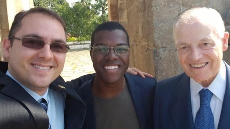 À esquerda, Rodrigo Brasileiro posa com o príncipe Bertrand de Orléans e Bragança (à direita) - Arquivo Pessoal