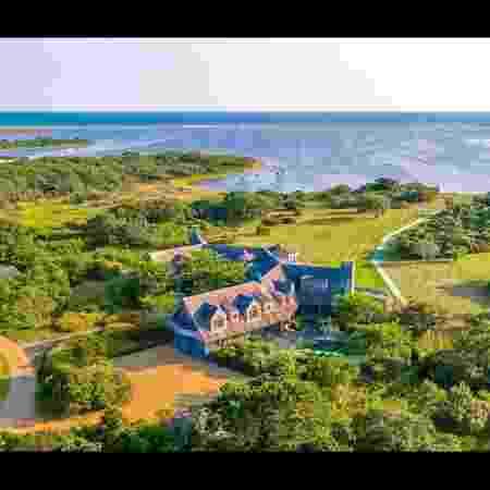 Mansão comprada pelos Obama tem sete quartos, oito banheiros, suíte master com lareira e até praia privativa - Reprodução/LandVest