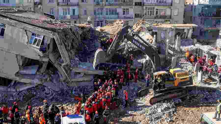 26.jan.2020 - Equipe de resgate trabalha nos escombros de um prédio na Turquia  - Bulent Kilic/AFP