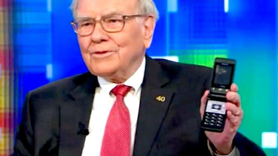 Warren Buffett era famoso por usar um antigo celular no estilo flip - Reprodução